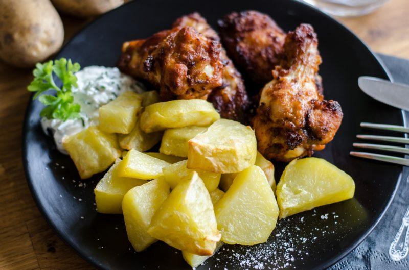 Ofenpommes auf Chicken Wings