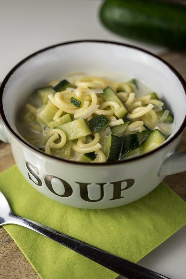 Nudelsuppe mit Zucchini
